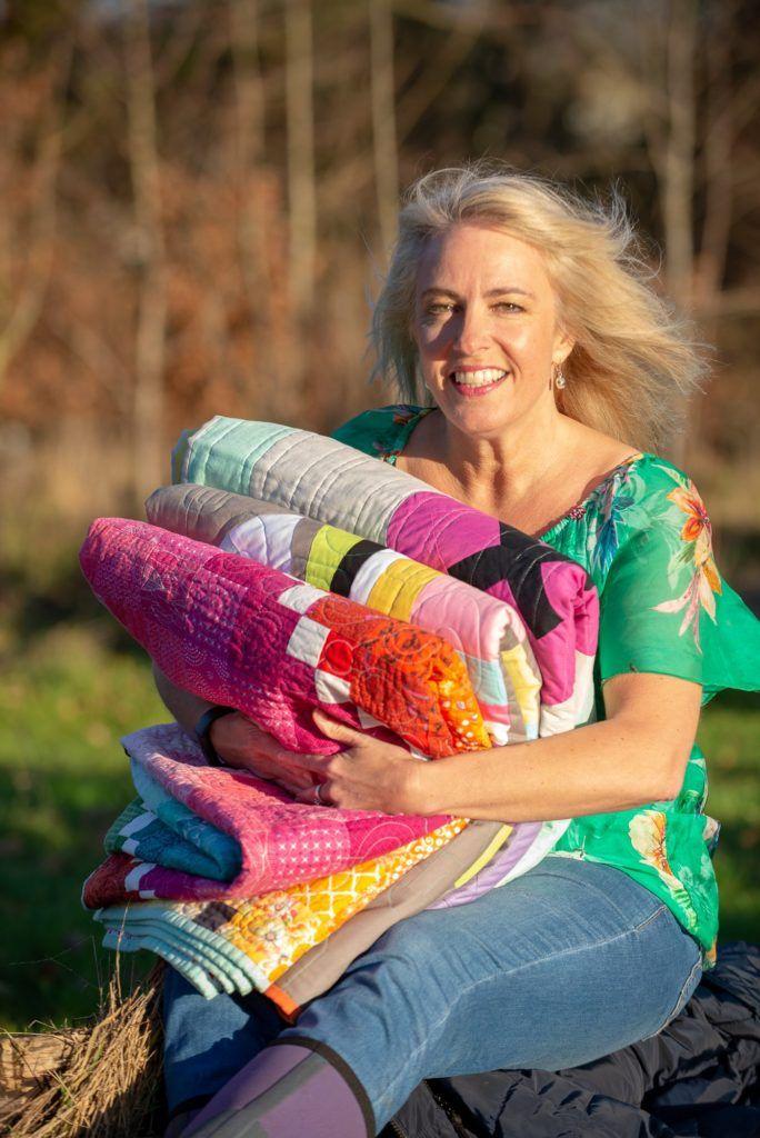 kvinde med tæpper i favn