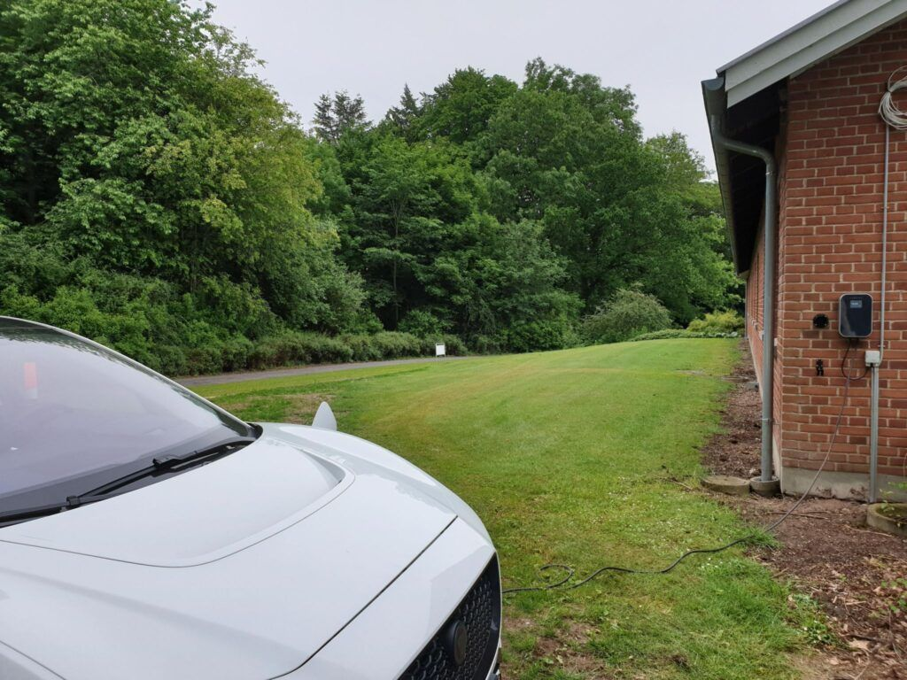 bil parkeret foran hus