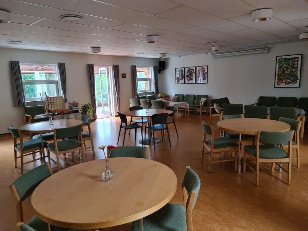 lokale med runde borde og grønne stole