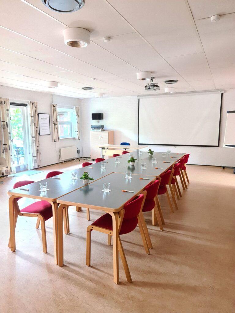 foredrags sal med borde i midten