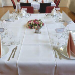 hvidt bord med pynt