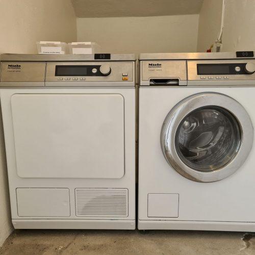 vaskemaskerner ved siden af hinanden